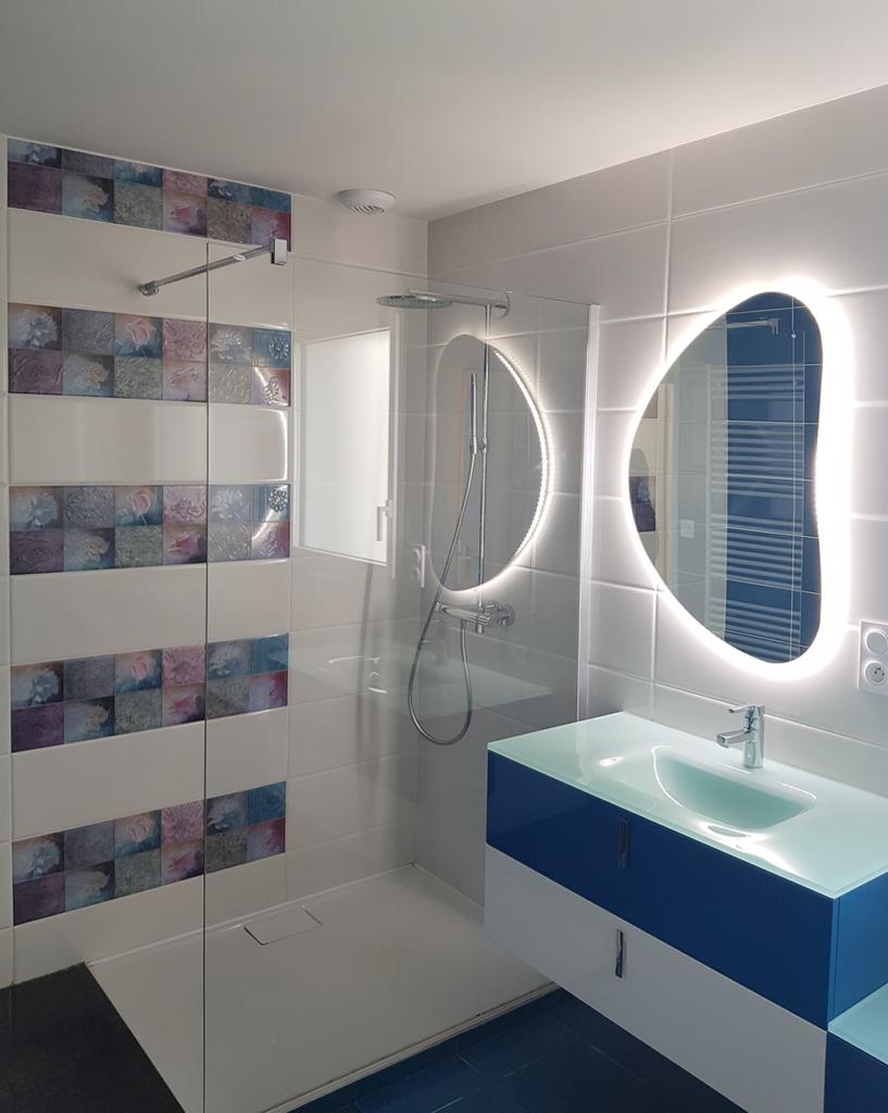 Salle de bains conçue par Couleurs Cusines à Brest